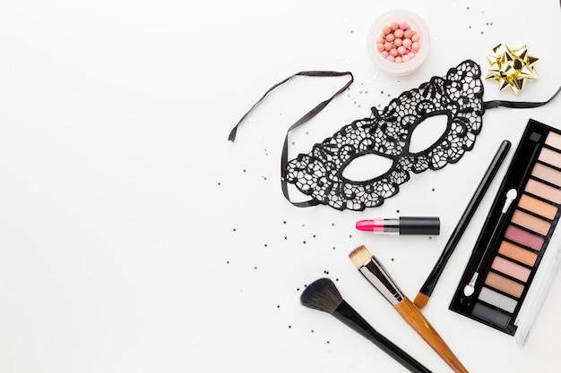 Máscara de carnaval elegante com kit de maquiagem