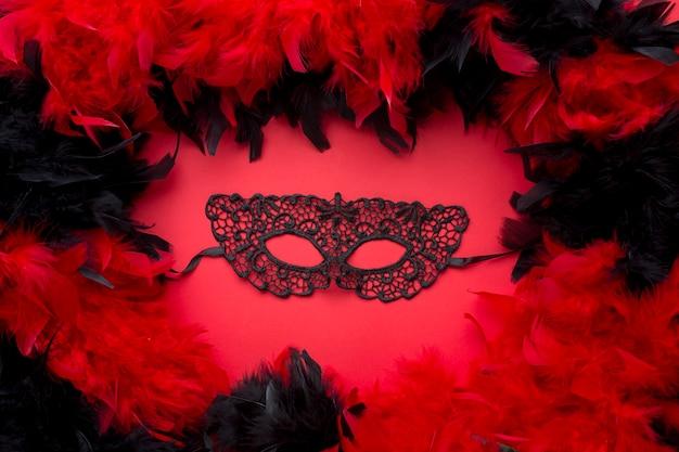 Máscara de carnaval elegante com penas