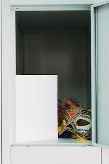 Máscara de carnaval elegante no armário