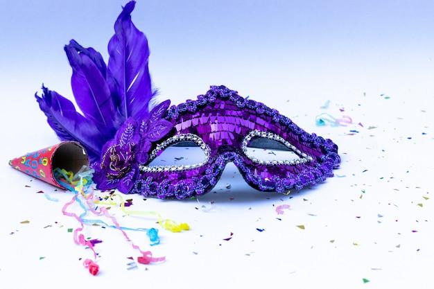 Máscara de carnaval em fundo branco.