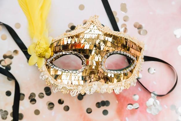 Máscara de carnaval em lantejoulas douradas