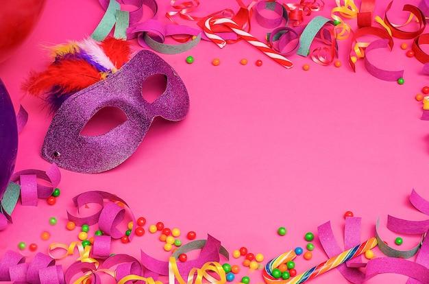 Máscara de carnaval em um fundo rosa com mardi gras, brasileiro, carnaval veneziano com espaço de cópia