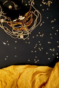 Máscara de carnaval preto e dourado. vista do topo