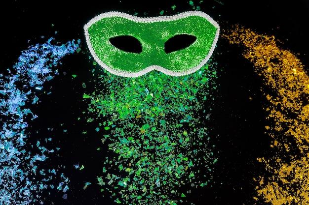 Máscara de carnaval verde para o baile de máscaras. feriado judaico de purim.