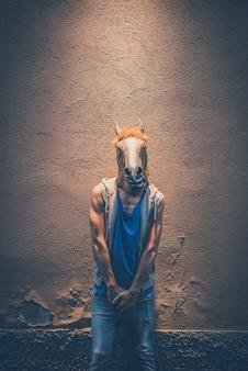 Máscara de cavalo hipster jovem homem gay
