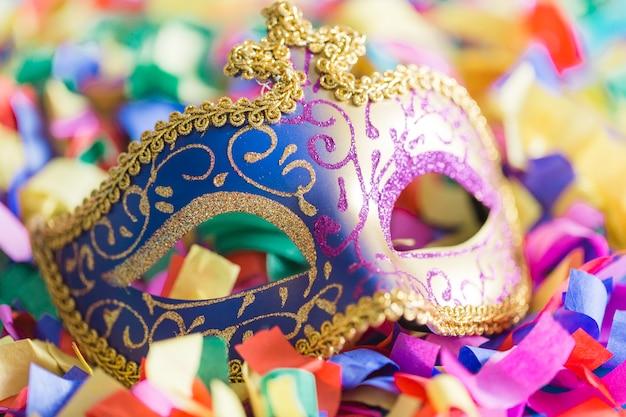 Máscara de close-up em confetes