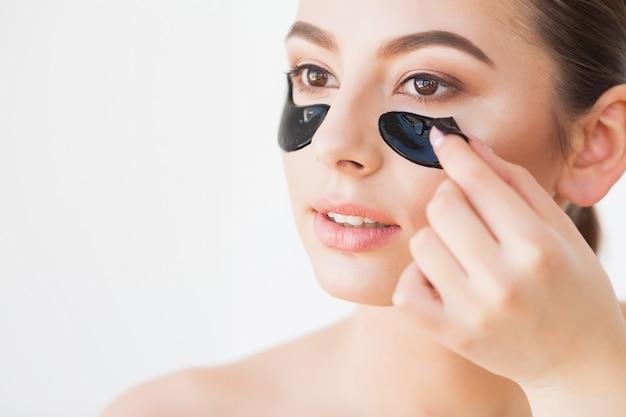 Máscara de cuidados com a pele. mulher com manchas pretas