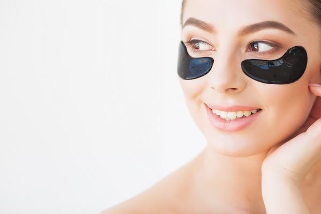 Máscara de cuidados com a pele. mulher, com, pretas, remendos