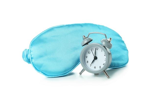 Máscara de dormir e despertador isolado no branco