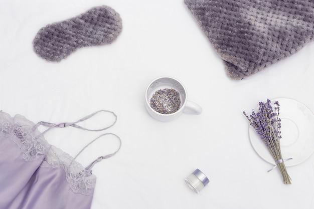 Máscara de dormir pijama de seda aroma bálsamo flores de lavanda seca em roupa de cama chá de ervas aromáticas