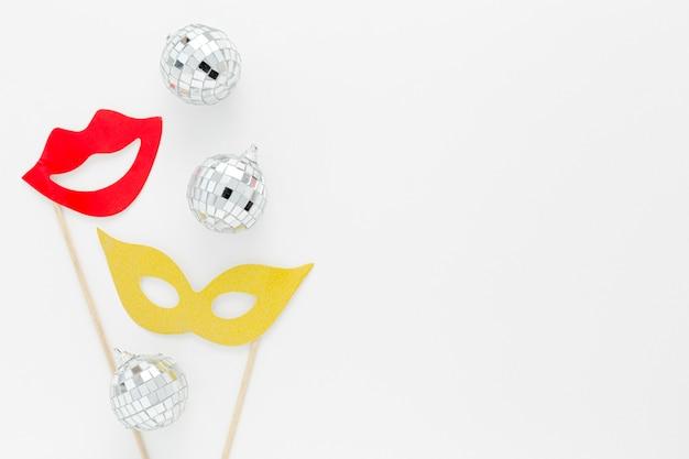 Máscara de festa com globos de prata