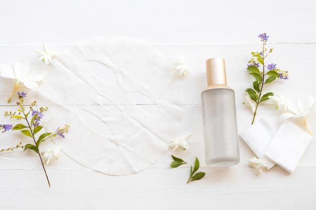 Máscara de folha natural e toner de soro perto de flores
