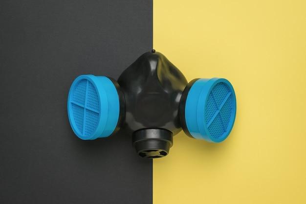 Máscara de gás com filtros azuis em uma superfície bicolor