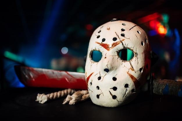 Máscara de jack com uma espada sangrenta no halloween