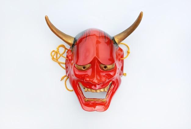 Máscara de kabuki vermelho sobre fundo branco