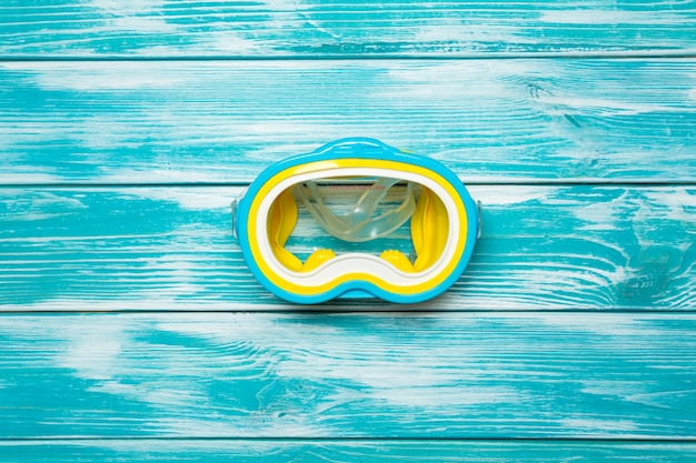 Máscara de mergulho no chão de madeira