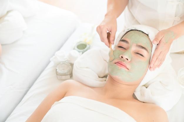 Máscara de peeling facial, tratamento de beleza spa, skincare. mulher, obtendo, facial, cuidado