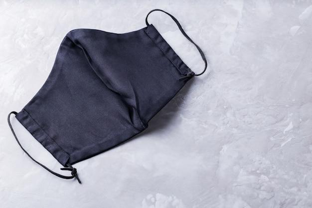 Máscara de proteção facial. máscara antivírus em algodão preto. copie o espaço