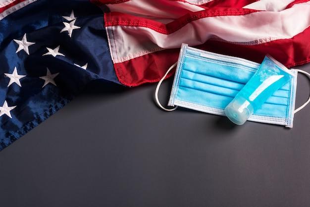 Máscara de proteção médica e bandeira americana