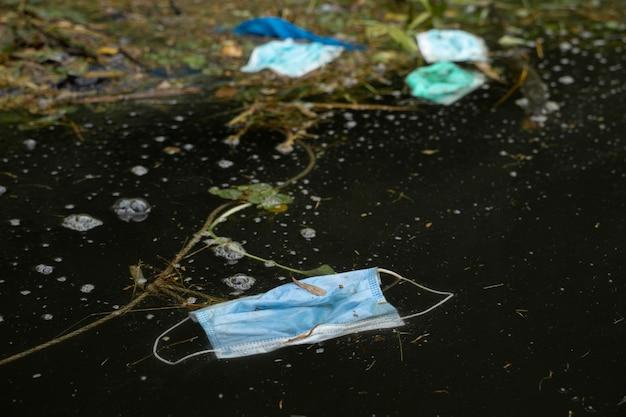 Máscara de resíduos é despejada na poluição da água da água