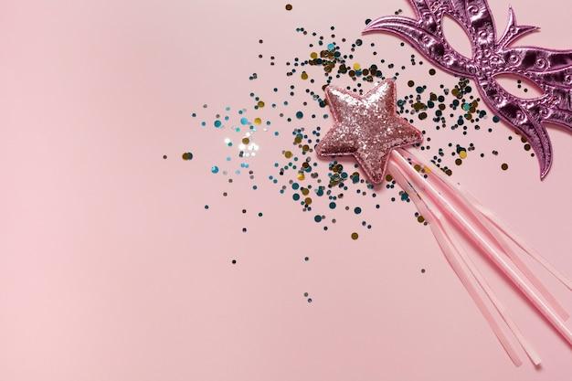 Máscara-de-rosa e estrela com espaço de cópia de lantejoulas