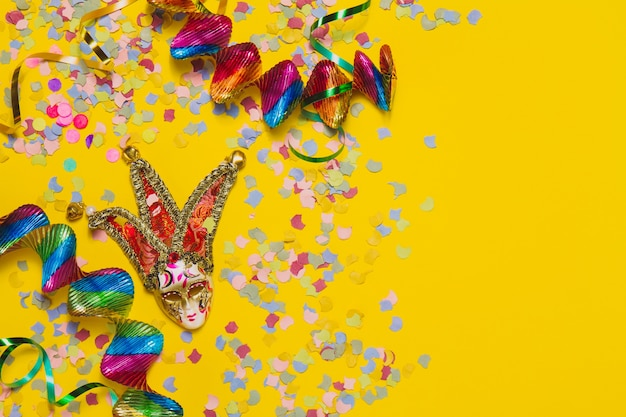 Máscara do carnaval com confetti e serpentina