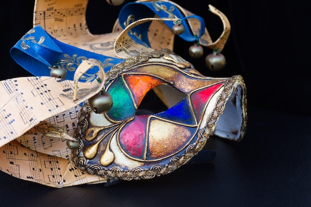 Máscara do carnaval veneziano do bobo da corte no preto