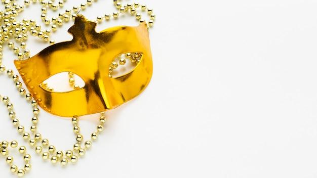 Máscara dourada brilhante de carnaval mistério vista superior