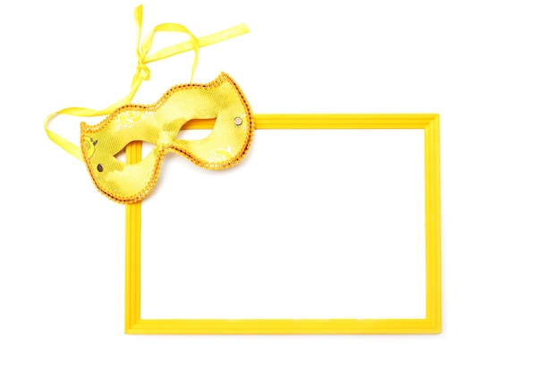 Máscara dourada e moldura vazia, isoladas no fundo branco.
