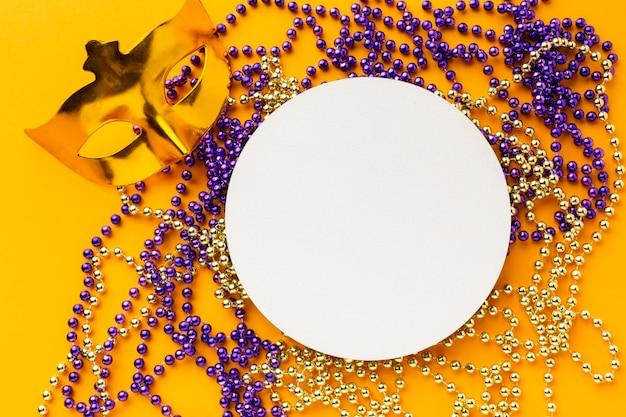 Máscara dourada e papel de cópia circular