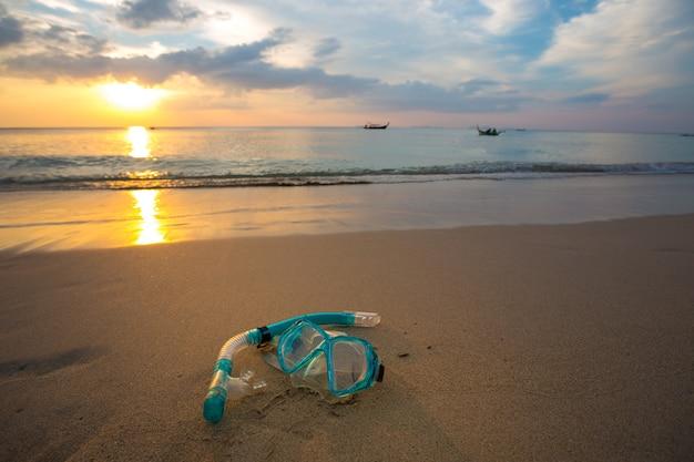 Máscara e mergulho com snorkel na praia