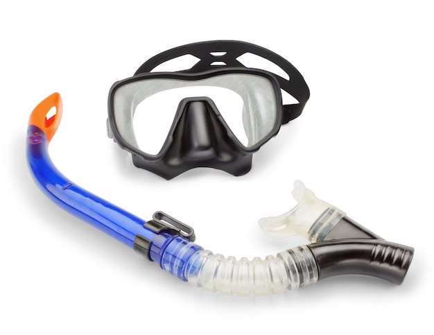 Máscara e snorkel e caça submarina. em uma parede branca.