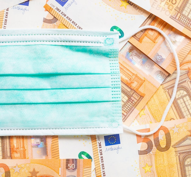 Máscara em muitas notas de 50 euros