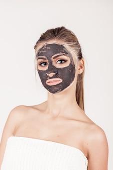 Mascara face spa aplicando beleza facial