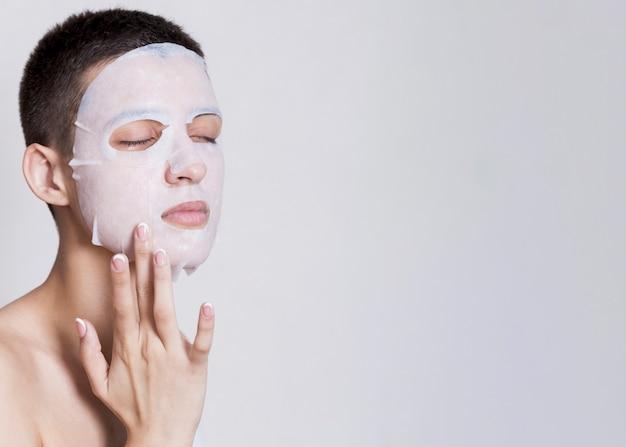 Máscara facial aplicada com cópia-espaço