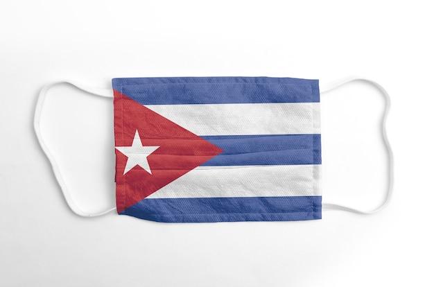 Máscara facial com bandeira impressa de cuba, sobre fundo branco, isolada.