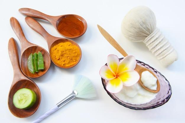 Máscara facial com iogurte em pó de açafrão e mel para a saúde da pele.
