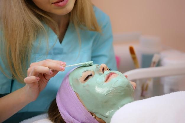 Máscara facial de limpeza com ácido hialurônico.