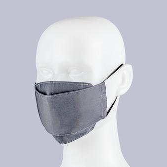 Máscara facial de tecido azul-púrpura claro em uma cabeça de manequim