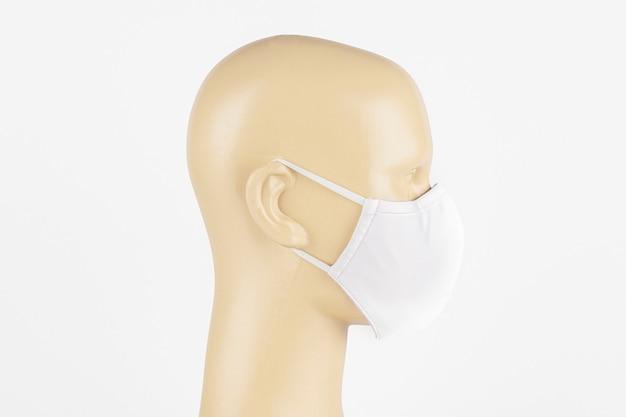 Máscara facial de tecido branco em um manequim