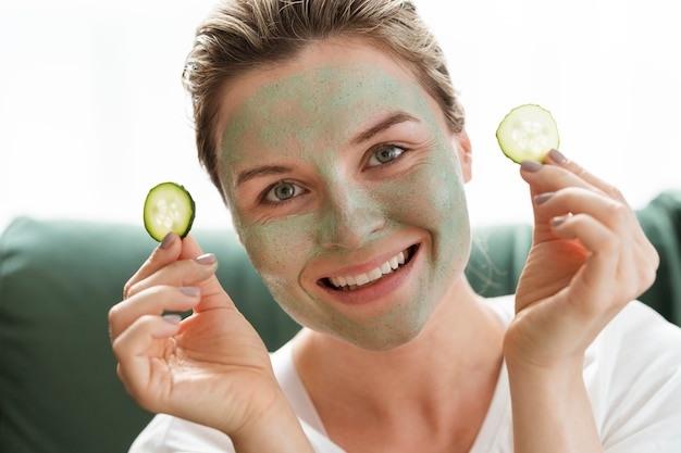 Máscara facial e fatias de vista frontal de pepino