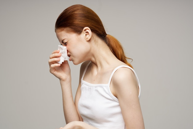 Máscara facial médica de mulher ruiva com fundo isolado frio