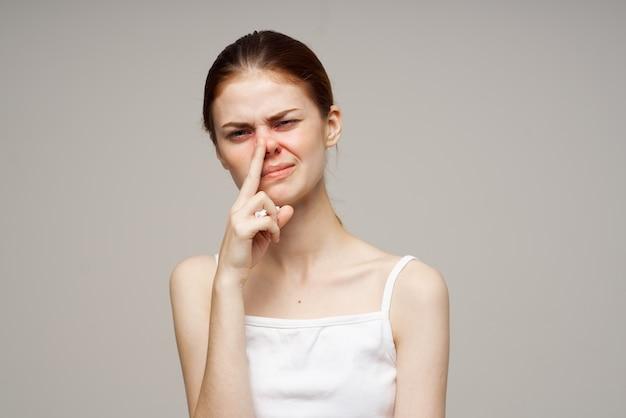 Máscara facial médica de mulher ruiva com luz fria de fundo