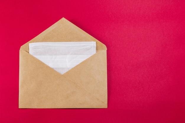 Máscara facial médica em um envelope.