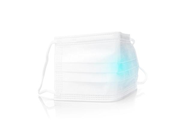 Máscara facial protetora médica branca para uma boa higiene isolada no fundo branco com traçado de recorte