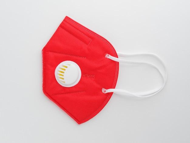 Máscara facial protetora vermelha ffp2 em fundo branco.