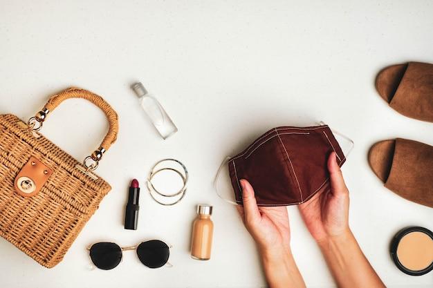 Máscara facial próxima a roupas e acessórios femininos