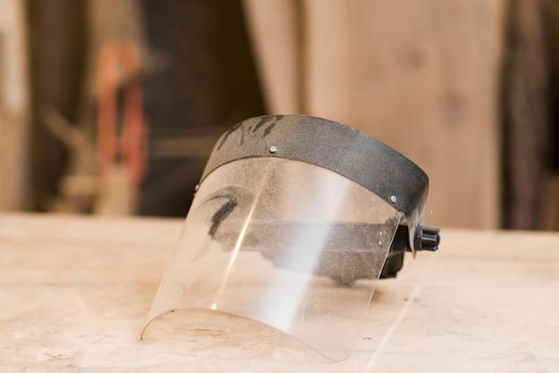 Máscara facial transparente na mesa de madeira