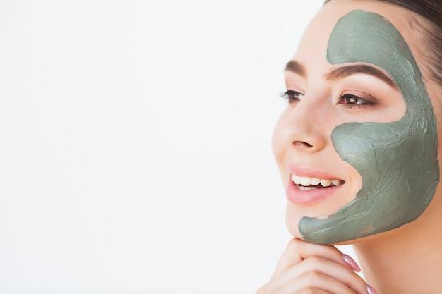 Máscara falsa. bela mulher sorridente, aplicar a máscara no rosto