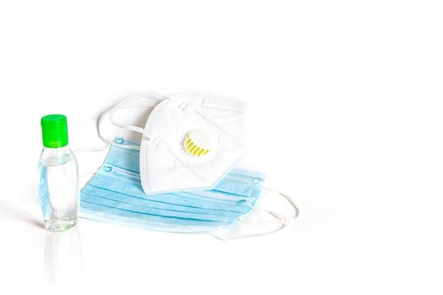 Máscara higiênica n95 e gel desinfetante para lavagem das mãos com álcool em gel para evitar o vírus covid-19 isolado no fundo branco.